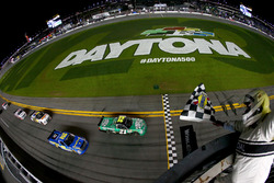 Finish: Johnny Sauter, GMS Racing Ford takes the checkered flag