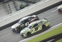 Kurt Busch, Stewart-Haas Racing Chevrolet, Kyle Busch, Joe Gibbs Racing Toyota
