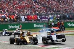 (L to R): Crash involving Jolyon Palmer, Renault Sport F1 Team RS16 and Felipe Nasr, Sauber C35