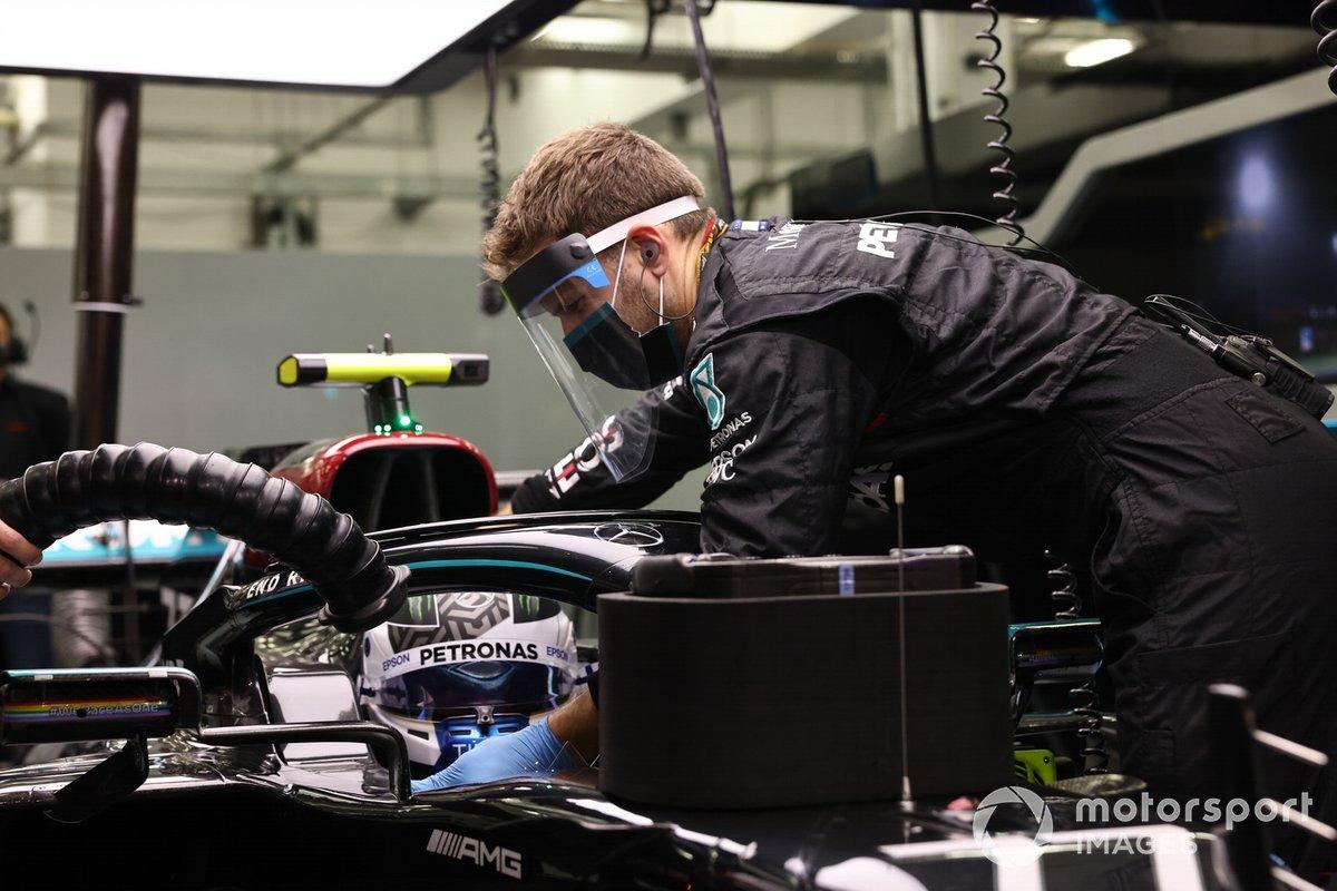 Un mecánico trabaja en el Mercedes de Valtteri Bottas.
