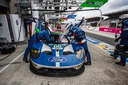 Pit stop for #66 Ford Chip Ganassi Racing Ford GT: Olivier Pla, Stefan Mücke, Billy Johnson