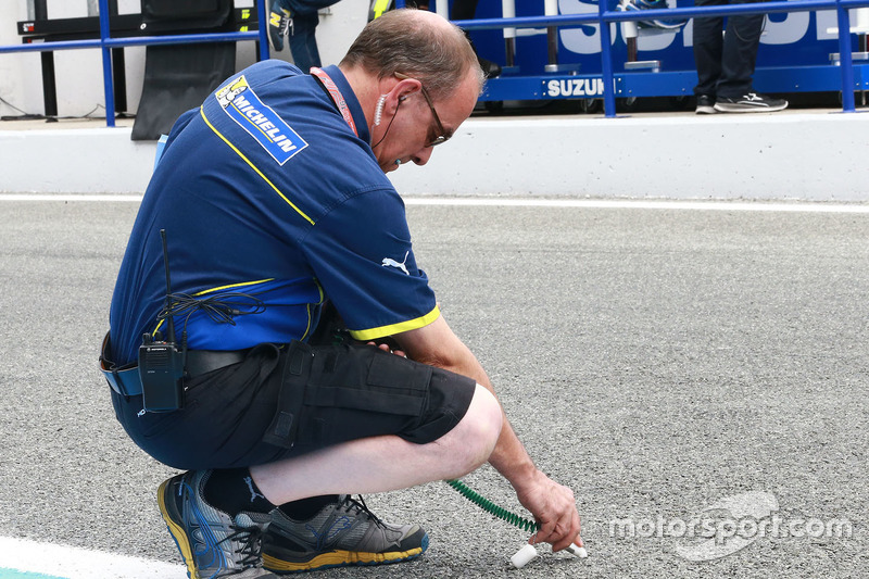 Michelin engineer takes the track temperature