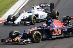 Daniil Kvyat, Scuderia Toro Rosso STR11 and Valtteri Bottas, Williams FW38 battle for position