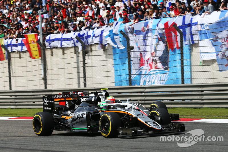 Nico Hulkenberg, Sahara Force India F1 VJM09 and Esteban Gutierrez, Haas F1 Team VF-16 battle for position
