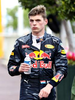 Temporada 2016 F1-monaco-gp-2016-max-verstappen-red-bull-racing-walks-back-to-the-pits