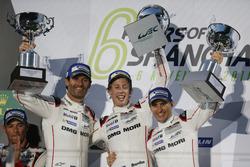Podium: Race winners #1 Porsche Team Porsche 919 Hybrid: Timo Bernhard, Mark Webber, Brendon Hartley