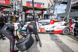 Pit stop for #5 Toyota Racing Toyota TS050 Hybrid: Anthony Davidson, Sébastien Buemi, Kazuki Nakajima