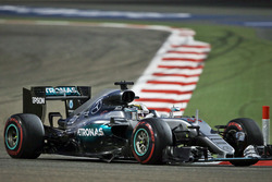 Lewis Hamilton, Mercedes AMG F1 W07 Hybrid with a damaged floor
