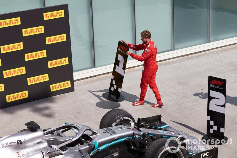 Sebastian Vettel, Ferrari, 2ª posición, cambia los tableros de posición en protesta por una sanción que le costó la victoria.