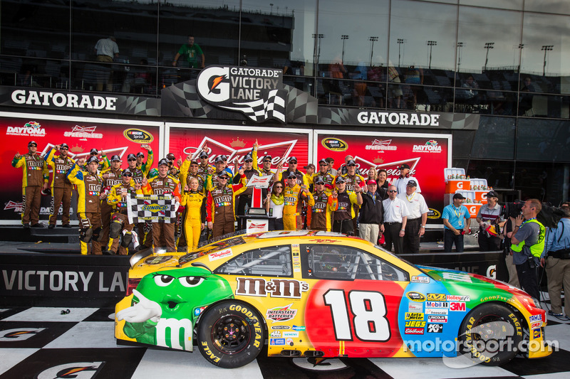Kyle Busch races to victory in 2nd Daytona Duel