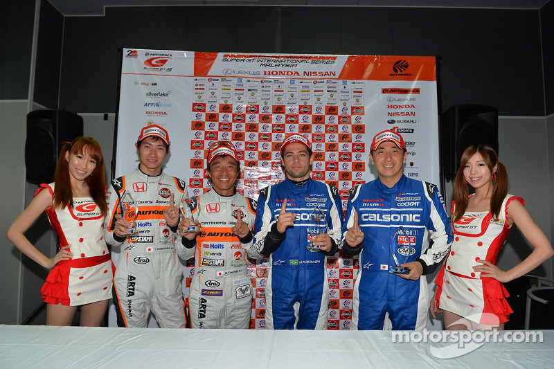 De Oliveira takes Malaysian pole position with a perfect run