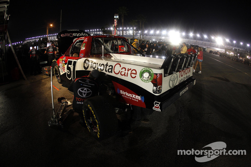 Debris on grill leads to engine failure for Kyle Busch at Texas