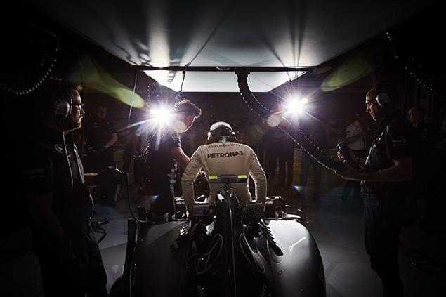 هاميلتون يخطف قطب الإنطلاق الأوّل لسباق البحرين