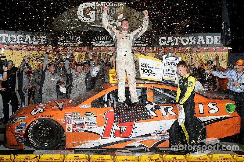 Carl Edwards arrebata la victoria en Darlington