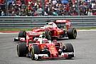 Ferrari F1-Ferraris in den Steilkurven von Daytona mit Vettel und Räikkönen