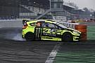 Foto's: Valentino Rossi leeft zich uit in dikke rallywagen