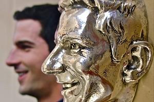 IndyCar Важливі новини Зображення Александра Россі з'явилось на Трофеї Борга-Ворнера