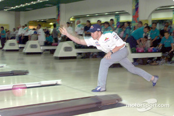 Sauber Petronas bowling tournament: Nick Heidfeld