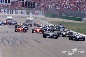 The start: Juan Pablo Montoya in front of Ralf Schumacher