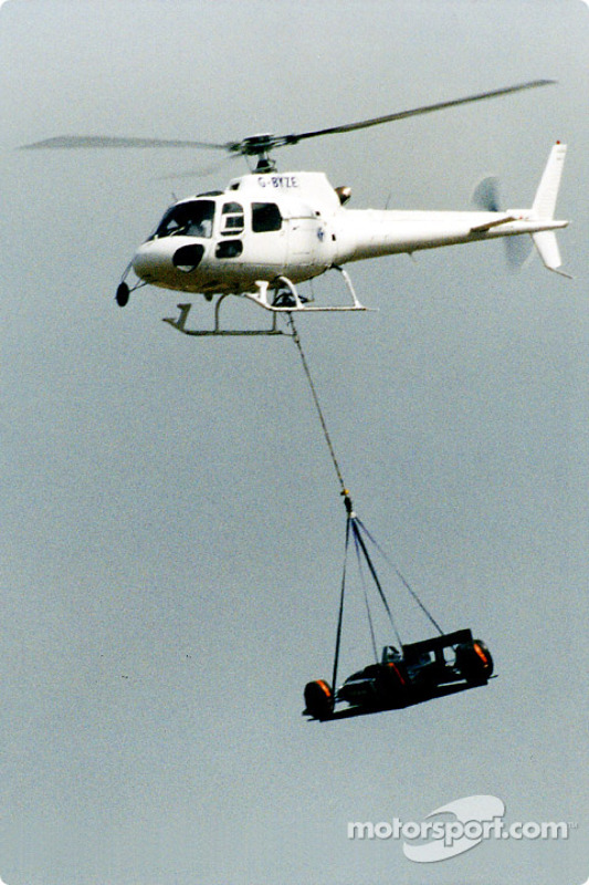 The Nigel Mansell demonstration began with the car helicoptered directly onto the track