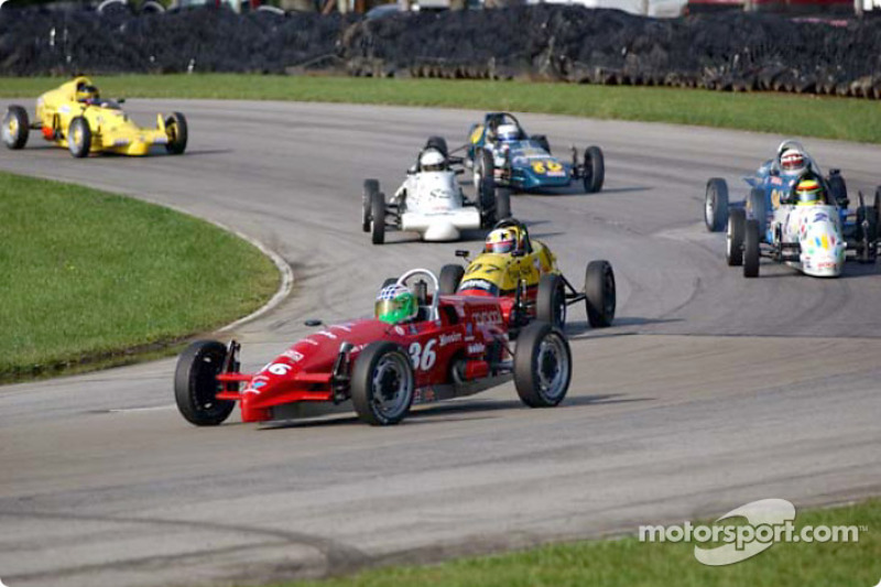 Race 7, Formula Vee: Stephen Oseth leading the pack