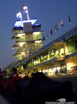 Pitlane ambiance on Saturday evening