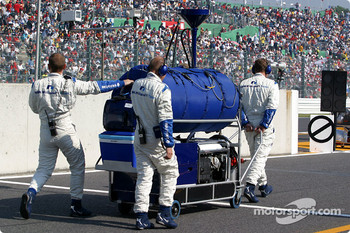 Williams-BMW crew members head for starting grid