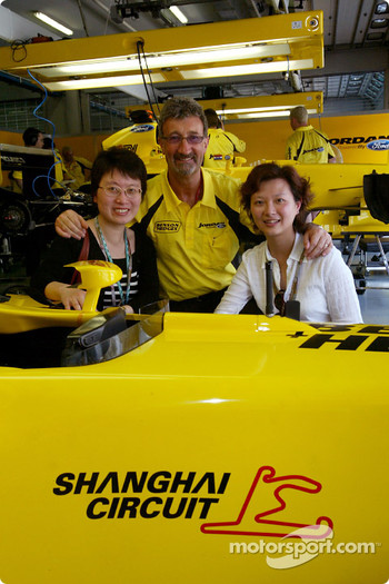 Eddie Jordan with VIPs from the Shangai International Circuit