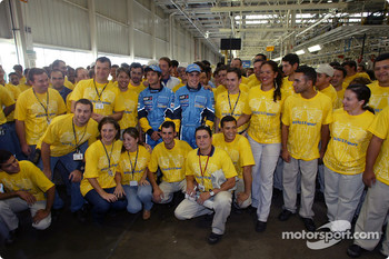 Visit of the Ayrton Senna Renault Factory in Curitiba: Jarno Trulli and Fernando Alonso with employees