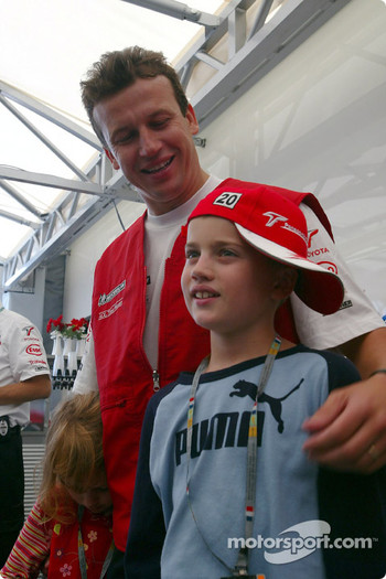Olivier Panis celebrates 10 years in Grand Prix racing with his kids