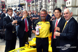 Eddie Jordan Jordan teamboss, with City of Westminster officials and LG Electronics managers