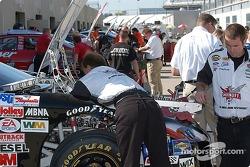Matt Kenseth's team prepares the #17 Ford