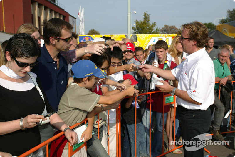 Frank Biela signs autographs