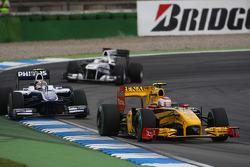 Vitaly Petrov, Renault F1 Team leads Nico Hulkenberg, Williams F1 Team