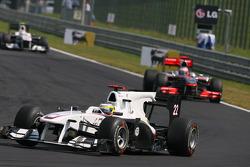 Pedro de la Rosa, BMW Sauber F1 Team leads Jenson Button, McLaren Mercedes