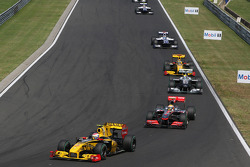 Robert Kubica, Renault F1 Team leads Lewis Hamilton, McLaren Mercedes