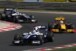 Rubens Barrichello, Williams F1 Team leads Vitaly Petrov, Renault F1 Team
