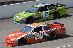 Joey Logano, Joe Gibbs Racing Toyota, A.J. Allmendinger, Richard Petty Motorsports Ford
