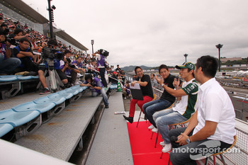 Roger Yasukawa, Conquest Racing, Takuma Sato, KV Racing Technology and Hideki Mutoh, Newman/Haas/Lanigan Racing meet fans