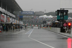 Pitlane during qualifying