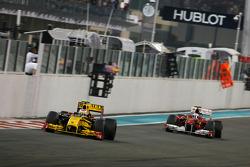 Vitaly Petrov, Renault F1 Team and Fernando Alonso, Scuderia Ferrari