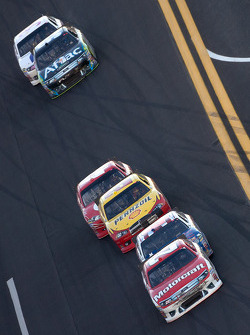 Trevor Bayne, Wood Brothers Racing Ford leads Bobby Labonte, JTG Daugherty Racing Toyota