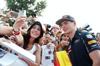 Fórmula 1 Fotos - Max Verstappen, Red Bull Racing with fans