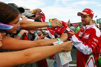 Formule 1 Photos - Sebastian Vettel, Ferrari signe des autographes pour les fans