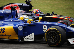 Marcus Ericsson, Sauber C35 and Daniil Kvyat, Scuderia Toro Rosso STR11 battle for position
