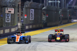 Pascal Wehrlein, Manor Racing MRT05 and Max Verstappen, Red Bull Racing RB12 battle for position