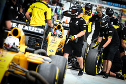 Jolyon Palmer, Renault Sport F1 Team RS16 and Kevin Magnussen, Renault Sport F1 Team RS16 in the pits