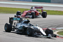 Nico Rosberg, Mercedes AMG F1 W07 Hybrid; Kimi Räikkönen, Ferrari SF16-H