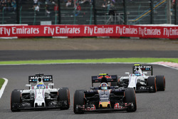 Carlos Sainz Jr., Scuderia Toro Rosso STR11 and Felipe Massa, Williams FW38 battle for position