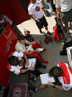 Sébastien Bourdais discusses with his engineers after the qualifying session